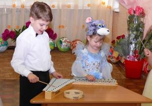 Улучшение координаци движений, внимания и сосредоточения помогают развить у детей музыкальные инструменты Карла Орфа
