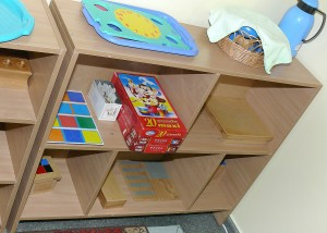 монтессори-материал для детей расположен на специальных полках откуда они могут брать его самостоятельно