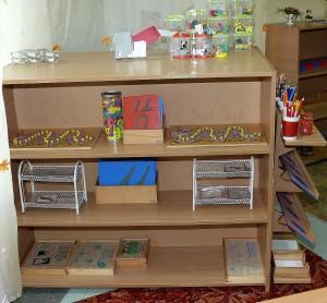 разнообразие учебного монтессори- материала в классе позволяет заниматься с большим разнообразием развивающим обучением детей