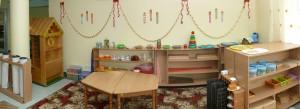 обучение детей и работа с учебным материалом производится за удобными специальными трапецевидными столиками